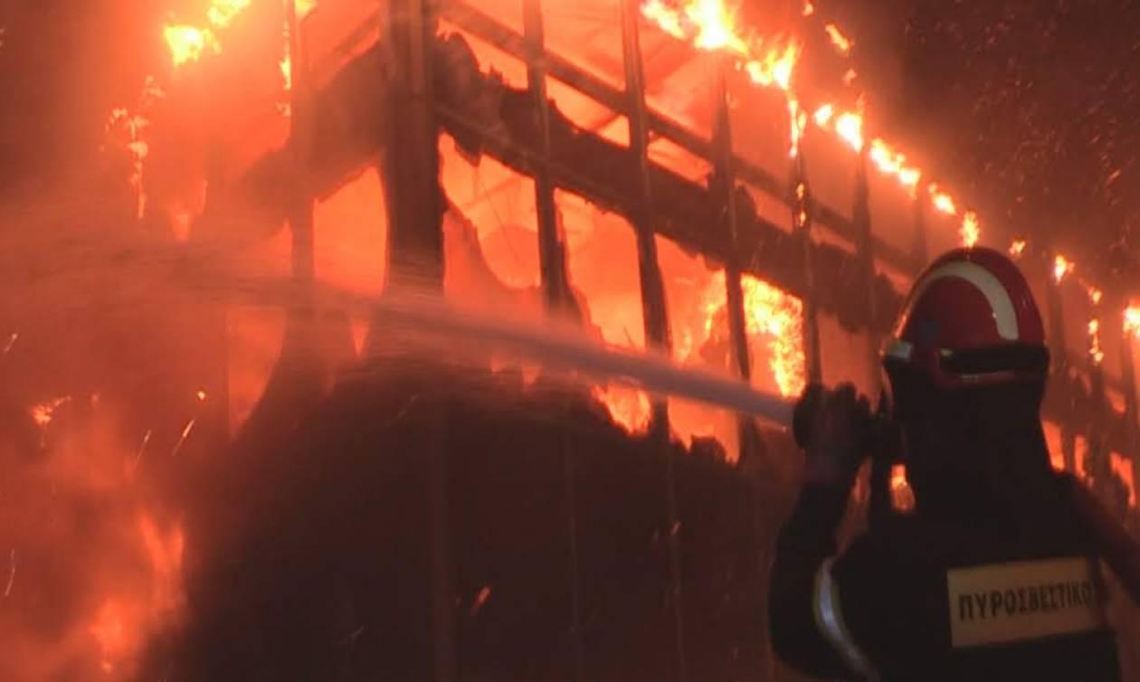 Φωτιά στην Κόρινθο: Μεγάλη πυρκαγιά σε κτήριο στην Κυρά Βρύση (pics)