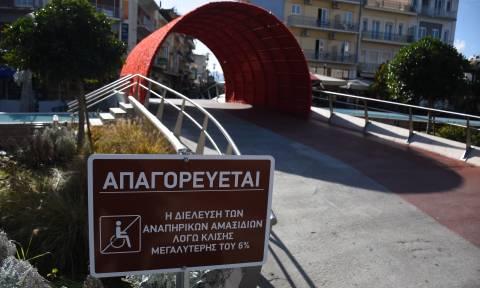 Σάλος στο Άργος: Ταμπέλα απαγορεύει τη διέλευση ΑμεΑ στην κεντρική πλατεία