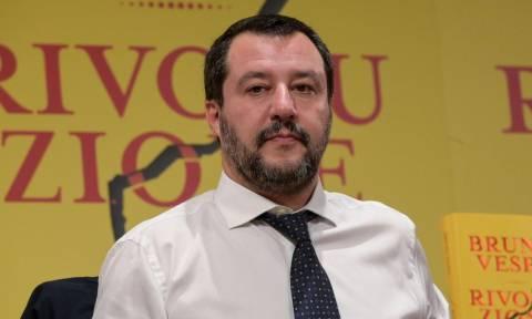 Ιταλία: Σάλο προκαλεί η φωτογραφία του Σαλβίνι με οπαδό που έχει εμπλακεί σε υπόθεση ναρκωτικών