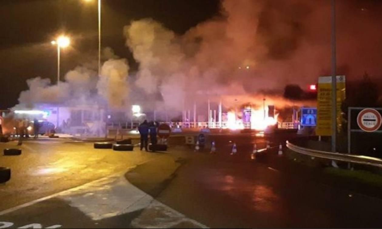 «Φωτιά» παίρνει ξανά η εξέγερση των κίτρινων γιλέκων: Πυρπολούν μαζικά διόδια και κάμερες (Vids)