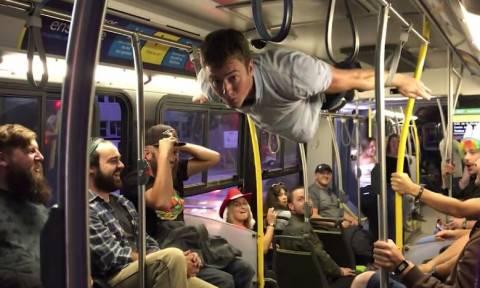 Νικάει τη… βαρύτητα και ψυχαγωγεί επιβάτες τρένου (vid)