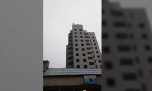 Βίντεο – σοκ: 15χρονος κάνει βουτιά θανάτου και η μητέρα του τον επευφημεί!