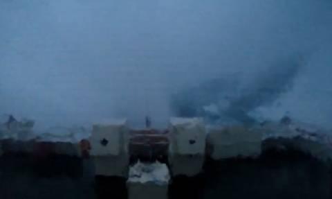 Το ταξίδι του τρόμου. Τάνκερ πέφτει σε απίστευτη τρικυμία... (video)
