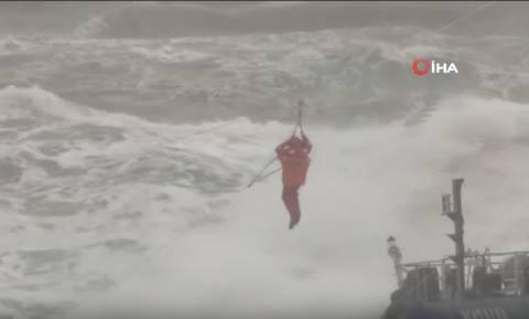 Σφοδρή κακοκαιρία σαρώνει την Κωνσταντινούπολη: Πλοίο βγήκε στη στεριά – Συγκλονιστικές εικόνες