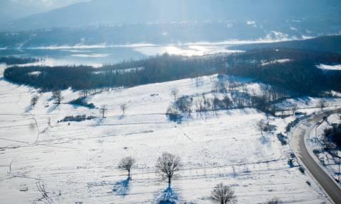 Η -ούτως ή άλλως- πανέμορφη λίμνη Πλαστήρα τώρα και χιονισμένη (pics)