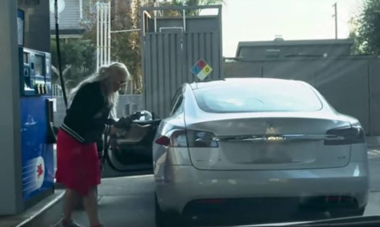 Δείτε σε βίντεο την πιο ντροπιαστική στιγμή που έχει γίνει ποτέ σε βενζινάδικο!