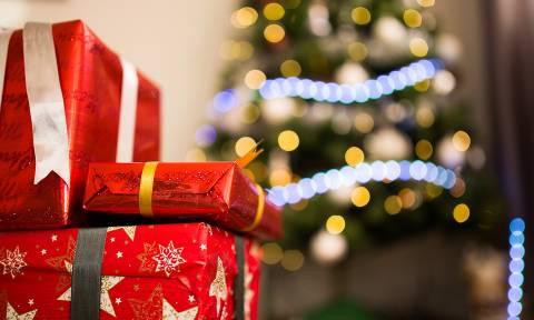 Άνοιξε το χριστουγεννιάτικο δώρο του πρώτου του έρωτα μετά από 47 χρόνια! (vid)