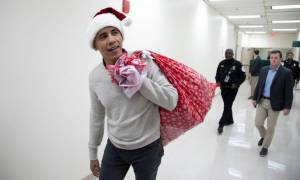 Άγιος Βασίλης ντύθηκε o Μπαράκ Ομπάμα και μοίρασε δώρα σε νοσοκομείο παίδων