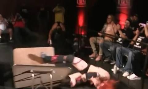 Σκληρές εικόνες: Παλαιστής βούτηξε από τα σχοινιά και «έσκασε» στο τσιμέντο (video+pic)