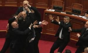 Χαμός στην Αλβανία: Πέταξαν αβγά στον Ράμα μέσα στη Βουλή (vid)