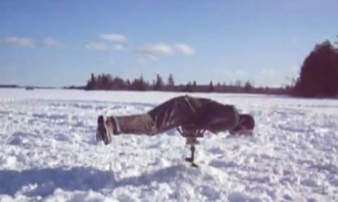 Άνθρωπος (και σκύλος) εναντίον πάγου: Τα πιο ξεκαρδιστικά σκηνικά σε ένα βίντεο