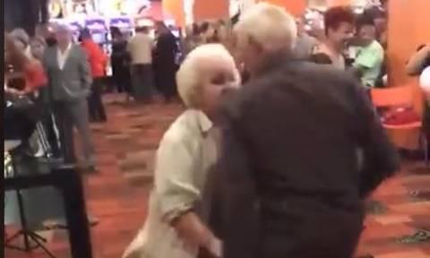 «Τρελός» χορός από ηλικιωμένο ζευγάρι… ρίχνει το ίντερνετ! (video)