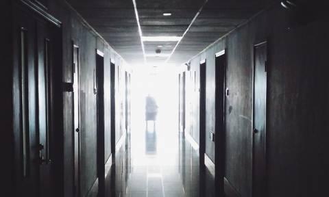 Συγκλονιστικό βίντεο: Έπαιζε κιθάρα όσο οι γιατροί του αφαιρούσαν όγκο από τον εγκέφαλο