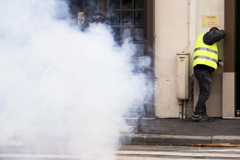 Γαλλία: Στους δρόμους ξανά τα «κίτρινα γιλέκα» - «Ο βασιλιάς Μακρόν έδωσε ψίχουλα» (pics)