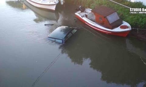 Αργολίδα: Αυτοκίνητο «πέταξε» πάνω από βάρκες και κατέληξε στο ποτάμι (pics&vid)