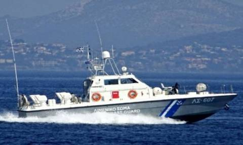 Φαρμακονήσι: Σκάφος με παράνομους μετανάστες προσέκρουσε σε βράχια