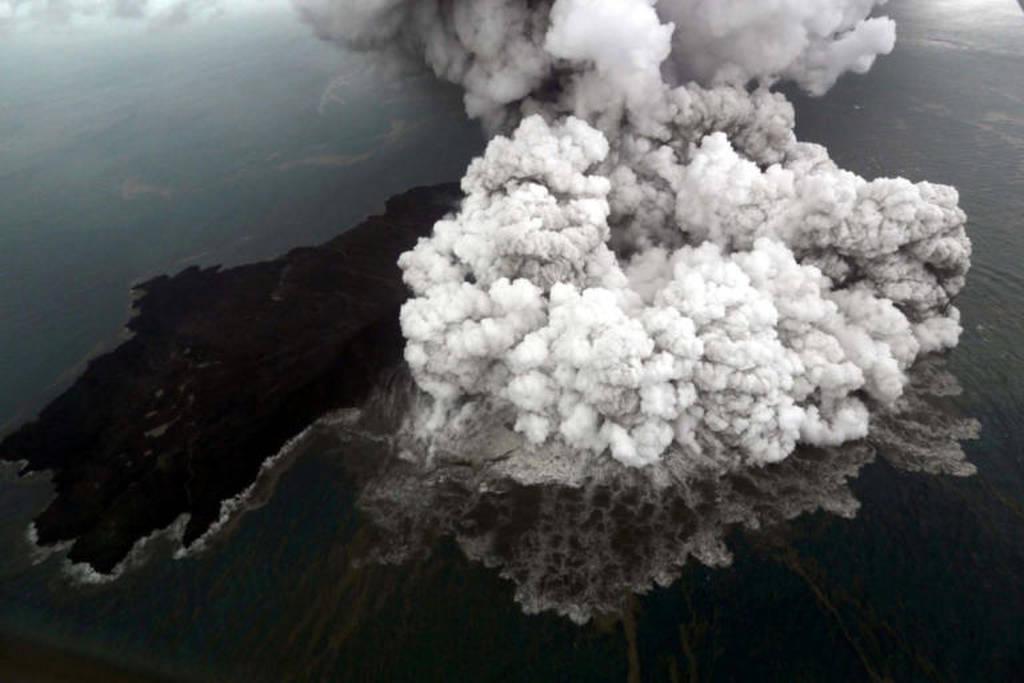 Εικόνες ΣΟΚ στην Ινδονησία: Η έκρηξη του ηφαιστείου μια μέρα πριν από το τσουνάμι (pics+vid)
