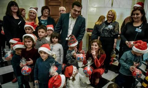 Χριστούγεννα 2018: «Πλημμύρισε» το Μαξίμου από παιδικές φωνές – Τα κάλαντα στο ζεύγος Τσίπρα (vids)