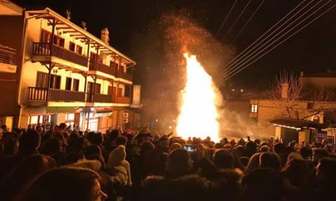 Χριστούγεννα 2018: Εντυπωσιακό το άναμμα των κλαδαριών στη Σιάτιστα! (pics)