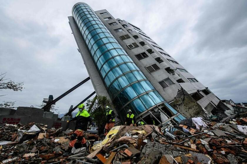7-8 Φεβρουαρίου - Ταϊβάν: Σεισμός 6,4 Ρίχτερ ισοπέδωσε την Χουάλιεν