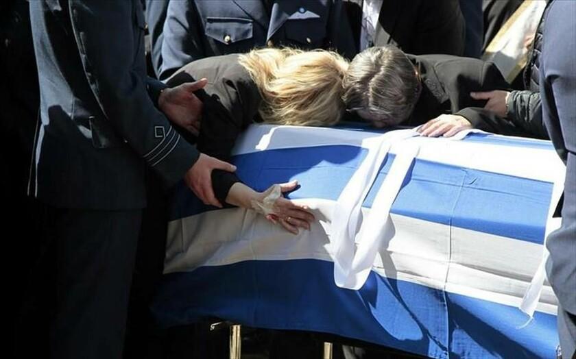 14 Απριλίου - Ελλάδα: Συγγενείς αποχαιρετούν τον σμηναγό Μπαλταδώρο