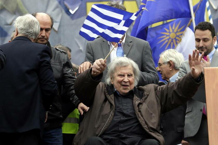 4 Φεβρουαρίου - Ελλάδα: Ο μεγάλος Μίκης Θεοδωράκης έδωσε το σύνθημα στην πλατεία Συντάγματος