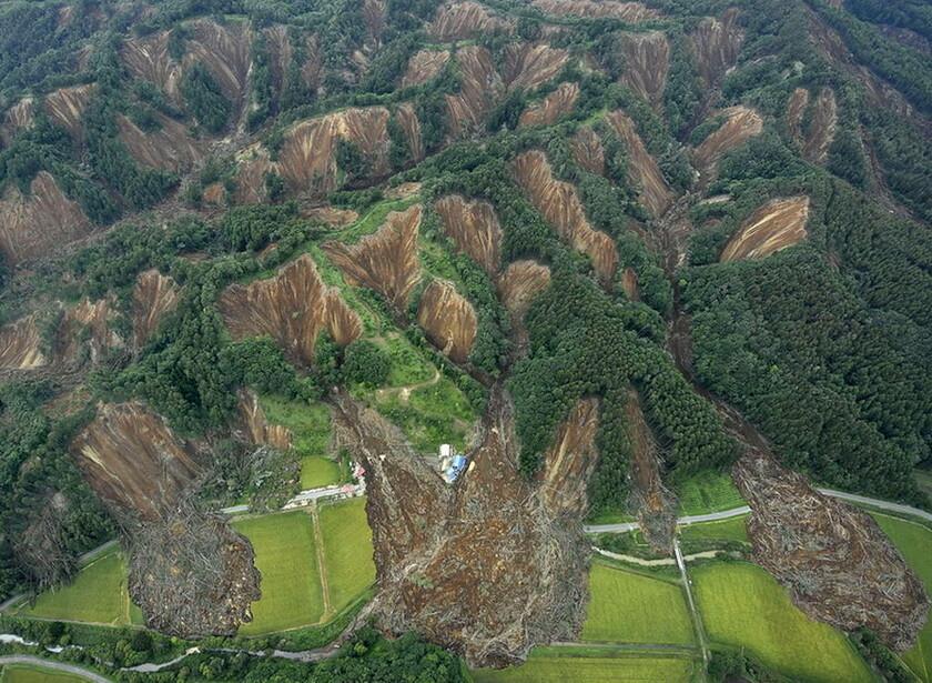 7 Σεπτεμβρίου - Ιαπωνία: Τεράστια κατολίσθηση στην Ατσούμα, αποτέλεσμα του σεισμού των 6,6 Ρίχτερ