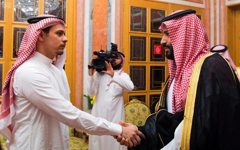 23 Οκτωβρίου - O διάδοχος του θρόνου της Σαουδικής Αραβίας σφίγγει το χέρι του γιου του Κασόγκι