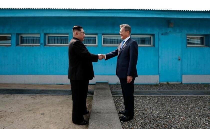27 Απριλίου - Κορέα: Κιμ Γιονγκ Ουν και Μουν Τζε-ιν δίνουν τα χέρια πάνω στα σύνορα Βόρειας και Νότιας Κορέας
