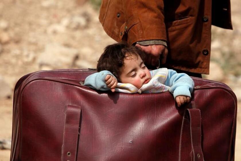 15 Μαρτίου - Συρία: Μικρός πρόσφυγας κοιμάται μέσα σε μια βαλίτσα