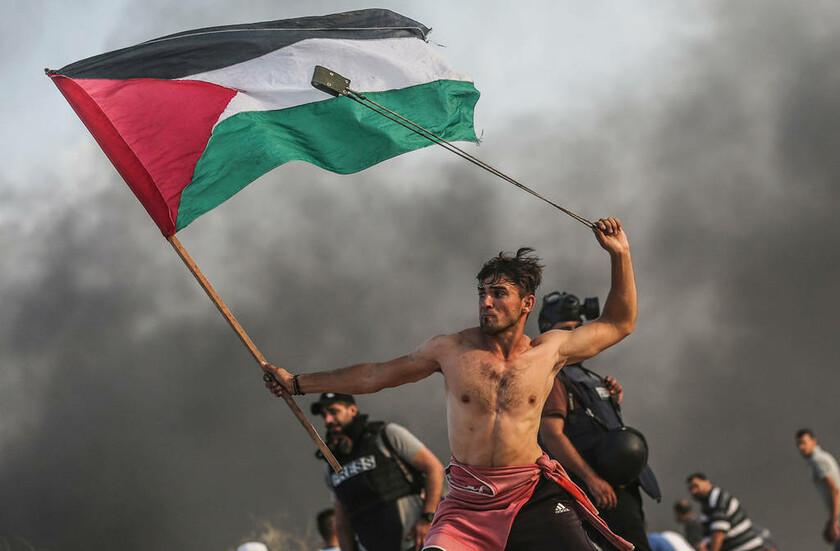 22 Οκτωβρίου - Λωρίδα της Γάζας: Παλαιστίνιος ρίχνει πέτρες στις δυνάμεις ασφαλείας του Ισραήλ