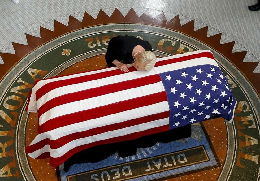 29 Αυγούστου - ΗΠΑ: Η Σίντι Μακέιν σκύβει και φιλάει το φέρετρο στο οποίο αναπαύεται ο Τζον Μακέιν