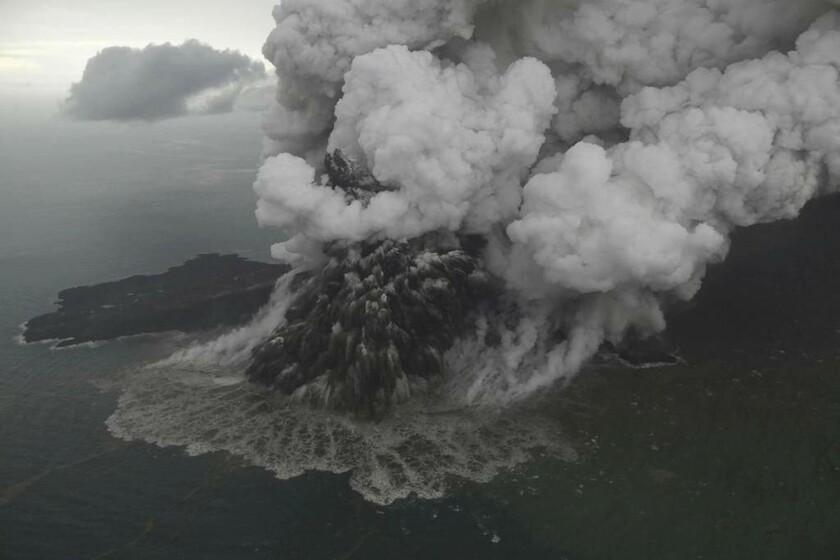 24 Δεκεμβρίου - Ινδονησία: Το ηφαιστειακό νησί Κρακατόα «ξύπνησε» με βίαιο τροπο
