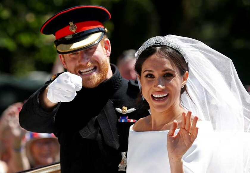 19 Μαΐου - Αγγλία: Ο γάμος της χρονιάς. Το ζεύγος χαμογελάει μπροστά στο φακό