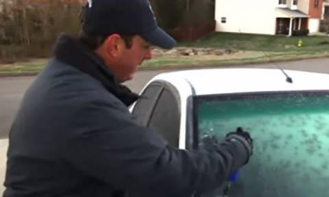 Βγάλτε τον πάγο από το παρμπρίζ του αυτοκινήτου σας με αυτό το απλό κολπάκι! (video)