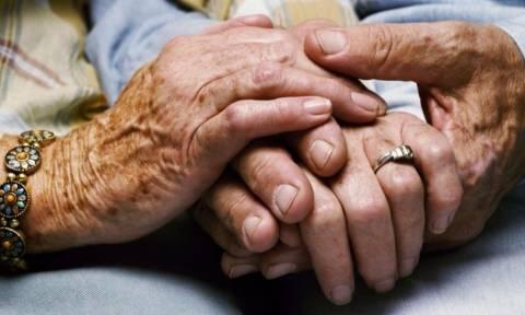 Πανελλήνια συγκίνηση: Ζευγάρι ηλικιωμένων, «έφυγαν» αγκαλιασμένοι μέσα στο διαμέρισμά τους