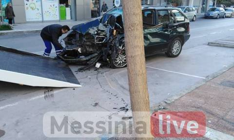 Καλαμάτα: Αυτοκίνητο έκοψε δέντρο και «καρφώθηκε» σε σπίτι