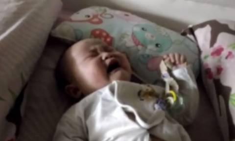 Το «κόλπο» ενός πατέρα για να σταματήσει το κλάμα του παιδιού του (vid)
