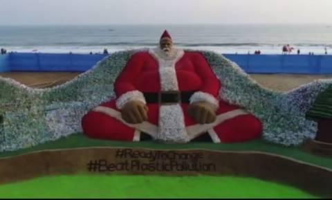Ο μεγαλύτερος Άγιος Βασίλης είναι φτιαγμένος από… πλαστικά μπουκάλια (vid)