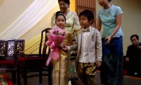 Γιατί γονείς πάντρεψαν τα δύο δίδυμα παιδιά τους; (vid)