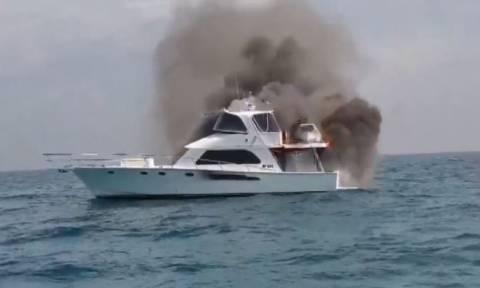 Τρόμος για οικογένεια: Έπεσαν σε θάλασσα γεμάτη καρχαρίες όταν έπιασε φωτιά το σκάφος τους (vid)