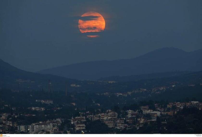 Τι είναι το «Ματωμένο Φεγγάρι του Λύκου»: Ποιοι το συνδέουν με την Αποκάλυψη;