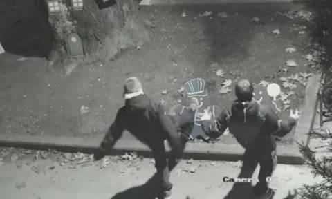 Τρίκαλα: Ο δήμαρχος «επικήρυξε» νεαρούς για βανδαλισμούς σε χριστουγεννιάτικα στολίδια