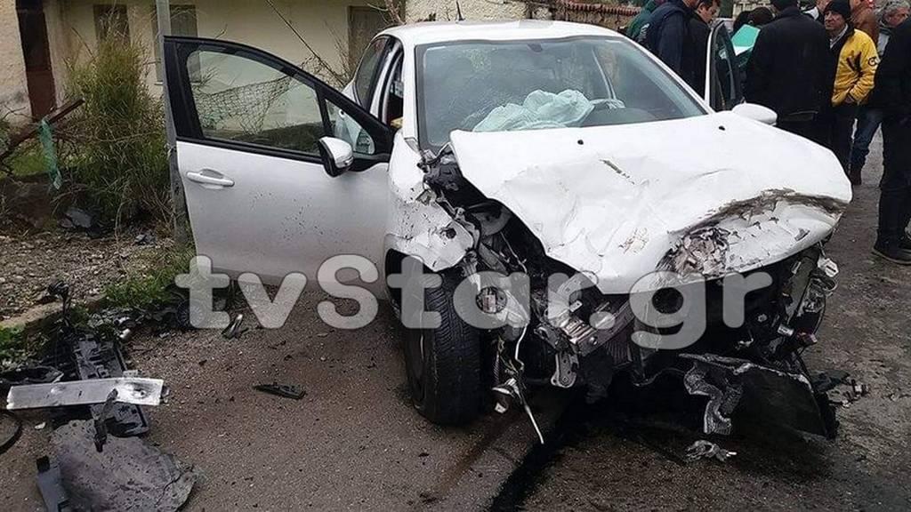 Αναστάτωση στην Εύβοια: ΙΧ αυτοκίνητο συγκρούστηκε με νταλίκα (pics)
