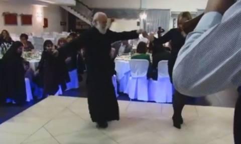 Λεβέντης ιερέας 80 ετών χορεύει το «Μακεδονία Ξακουστή» και προκαλεί ρίγος (vid)