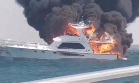 Δραματικές σκηνές: Οικογένεια βούτηξε σε νερά γεμάτα καρχαρίες όταν άρπαξε φωτιά το σκάφος της (Vid)