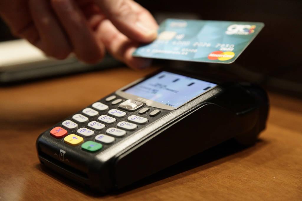 Τέλος στα μετρητά: Από τις αρχές του νέου έτους  50% περισσότερες δαπάνες με πλαστικό χρήμα