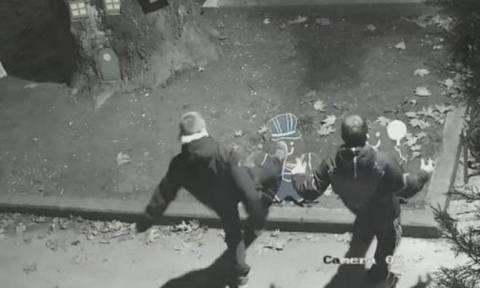 Ο Δήμαρχος Τρικάλων «επικήρυξε» νεαρούς που έσπασαν χριστουγεννιάτικα στολίδια (vid)
