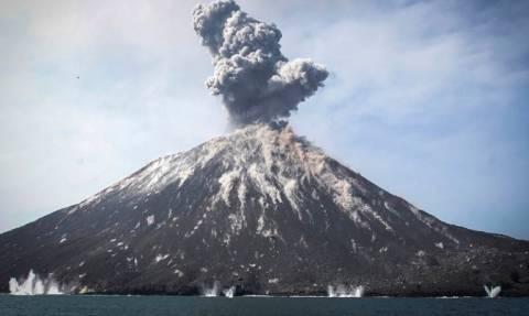 Ινδονησία: Οι εκρήξεις το εξαφάνισαν! Το ηφαίστειο Ανάκ Κρακατόα έχασε 228 μέτρα (vid)