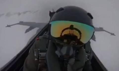 Συγκλονιστικό βίντεο: Η στιγμή που κεραυνός χτυπάει F18 - H αντίδραση του πιλότου